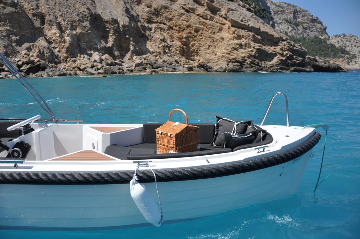 silver-yacht-495 2
