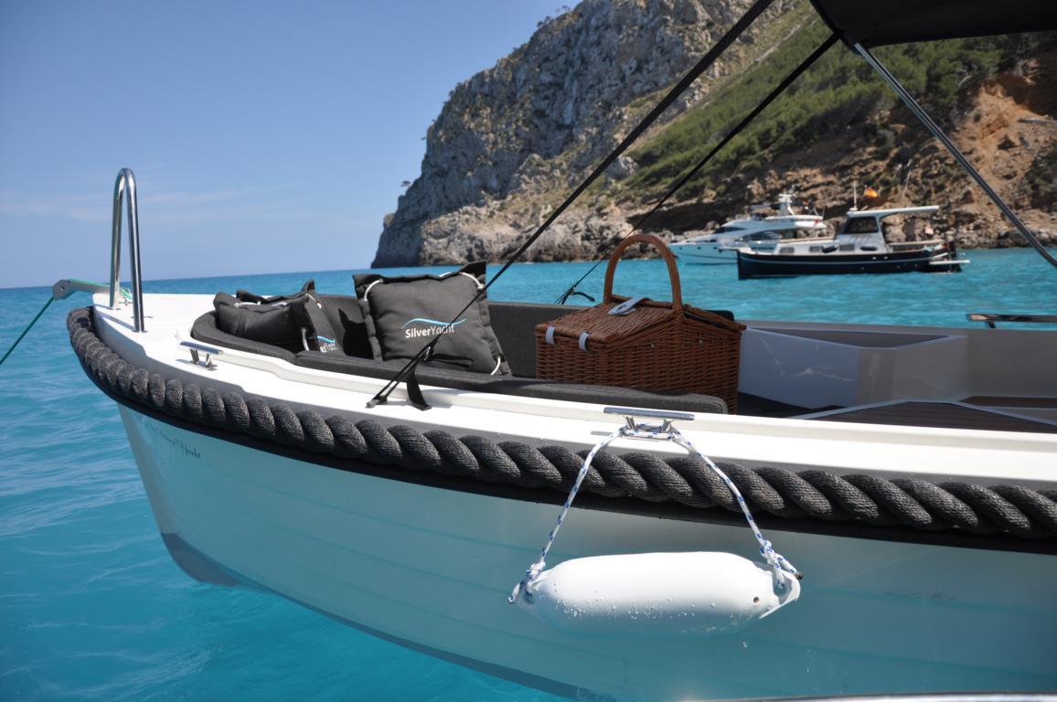 silver-yacht-495 20