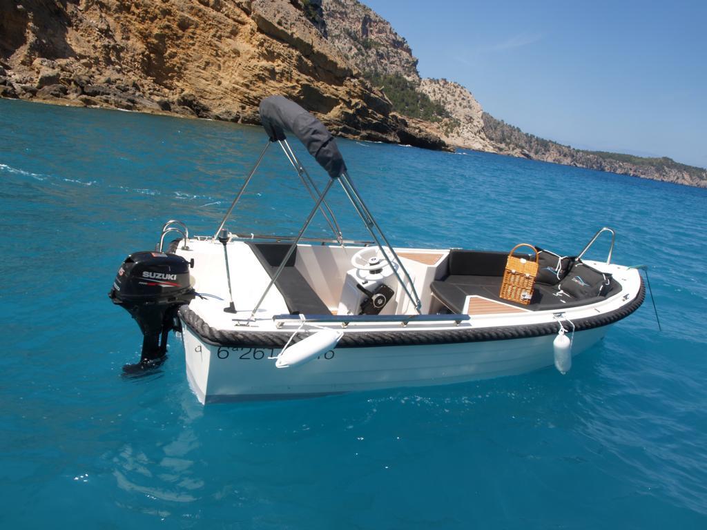 silver-yacht-495 8